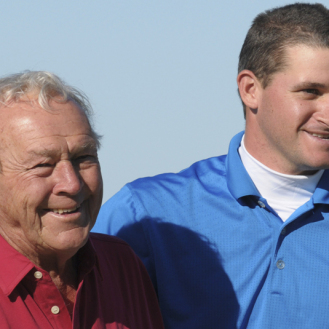 Arnold Palmer with his grandson, Sam Saunders, at the 2008 Del Webb Father/Son Challenge. (File)